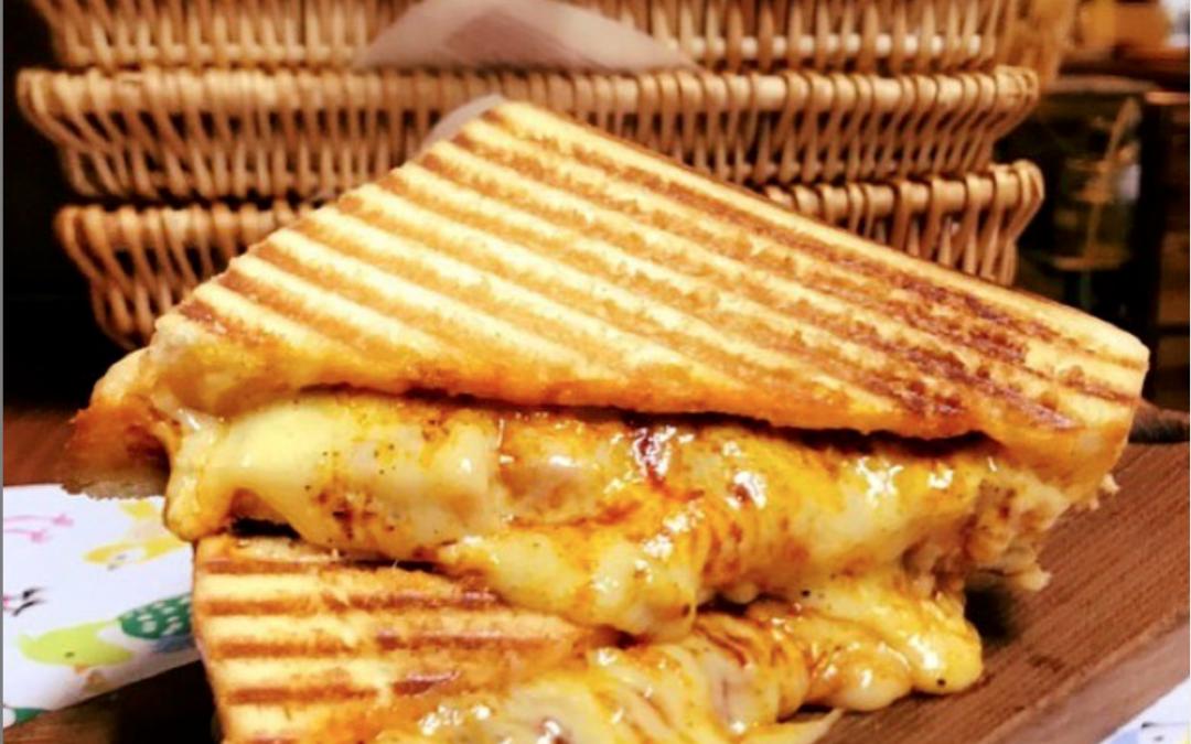 タンドリー チキン, ゴーダチーズ サンド  * Tandoori  Chicken Melt  With Gouda  Cheese